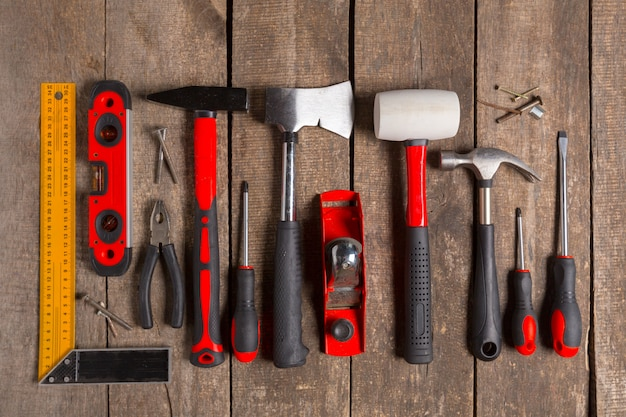 木材の背景に各種作業ツール