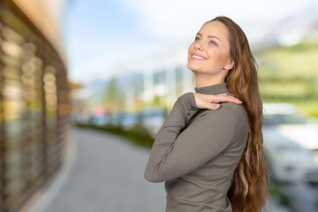 笑顔の美しい若い女性