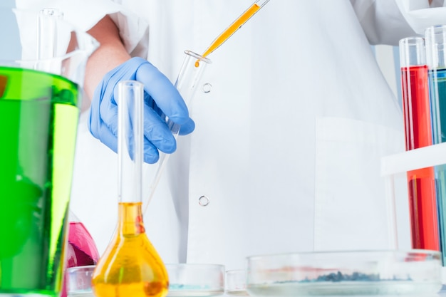 研究室で化学サンプルを扱う科学者をクローズアップ