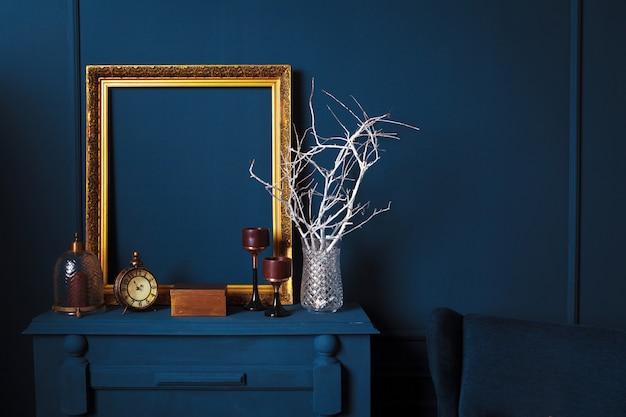 Современные детали гостиной темно-синего цвета