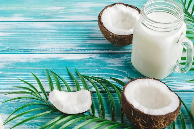 Креативный макет из кокоса и тропических листьев. питание