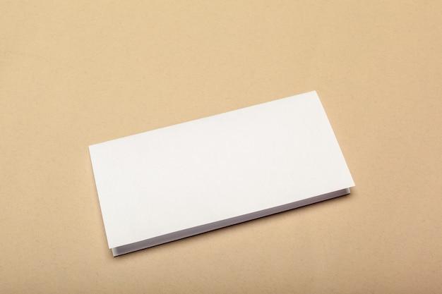 ベージュのモックアップ用の空白の紙片
