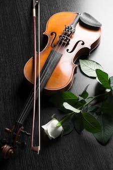 Скрипка и роза на черном.