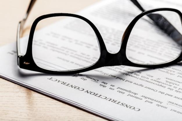 ドキュメントペーパービジネスの眼鏡のショットを閉じる
