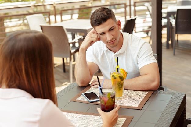 カフェで話している関係の問題を持っているカップル
