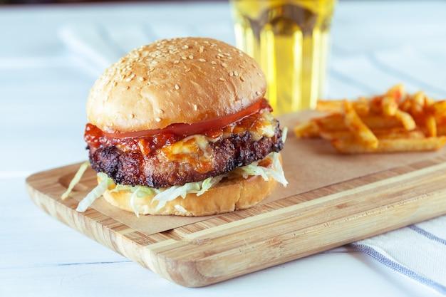Вкусный и аппетитный гамбургер