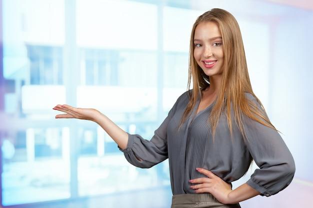 Ся молодая женщина указывая