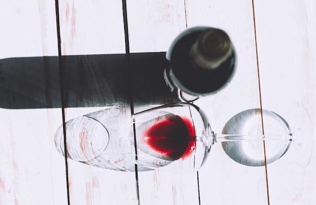 ガラスと赤ワインの瓶