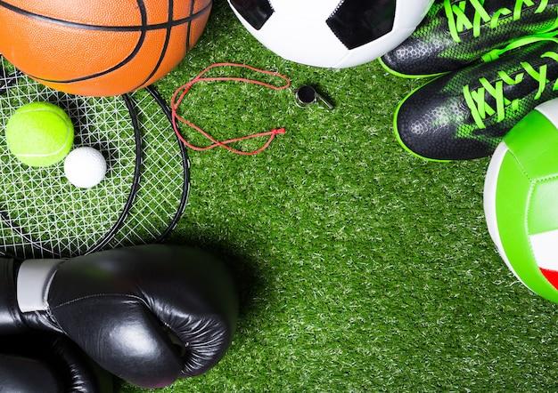 芝生の上のさまざまなスポーツツール