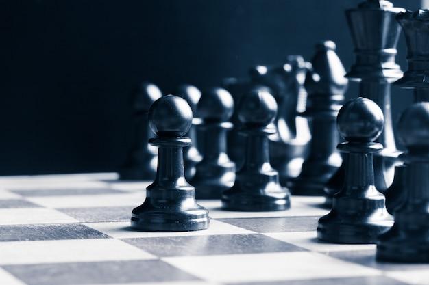 チェス盤にセットされたチェスの駒