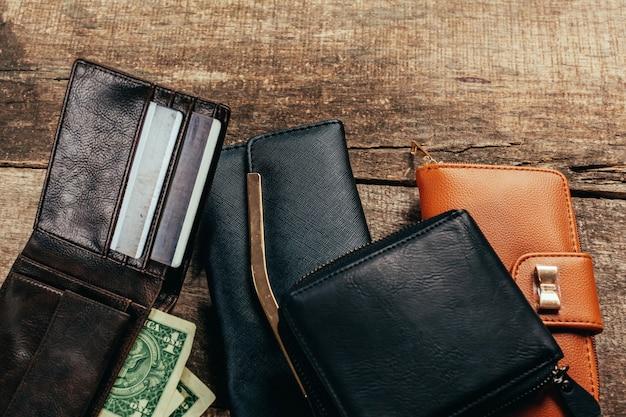 木製の表面に財布