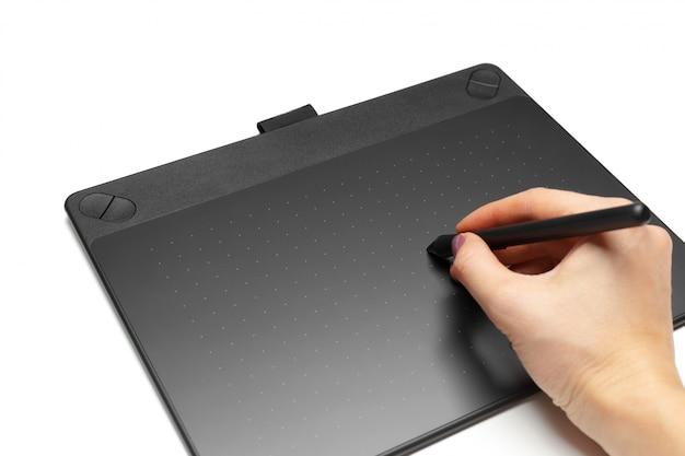 イラストレーターとデザイナー、白い表面に分離されたペンとグラフィックタブレット