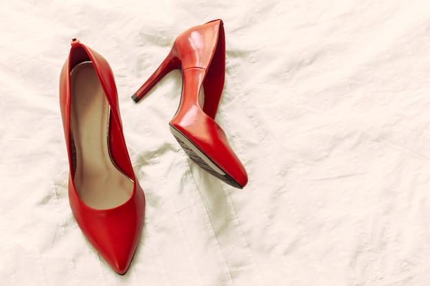 部屋に赤い女性の靴