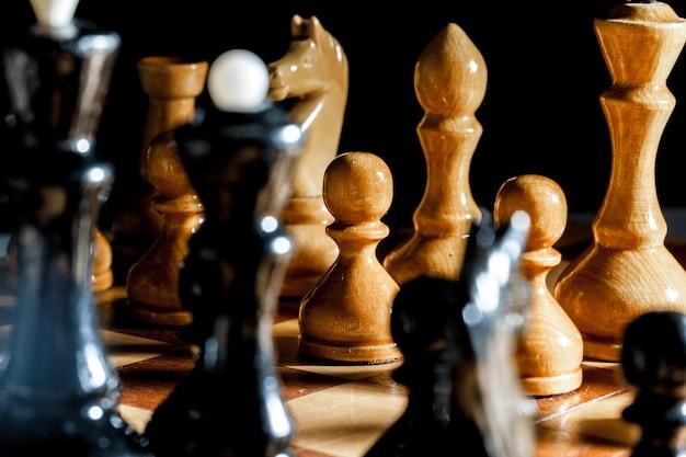 Шахматные фигуры на черной поверхности