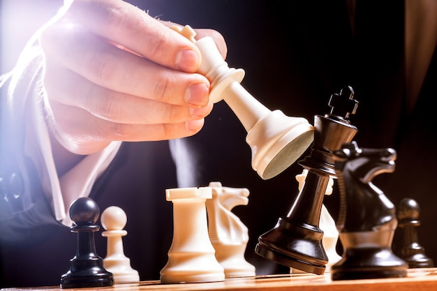 チェスの実業家の手