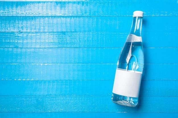 木製のテーブルの上の水のボトル