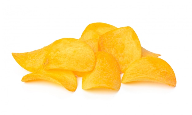 Картофельные чипсы, изолированные на белом