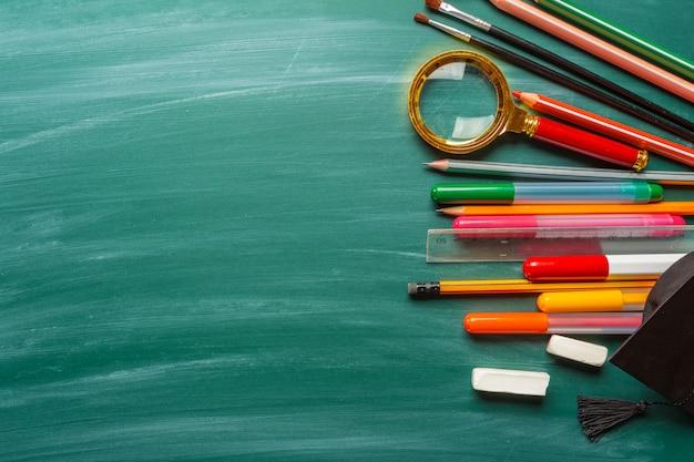 Школьные принадлежности на доске