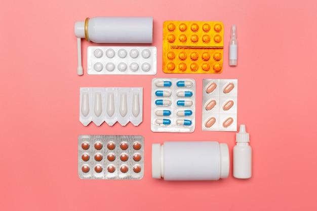 ピンクの背景に薬の丸薬。上面図
