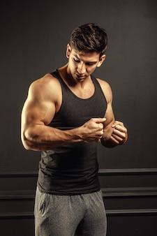 Тренировка фитнеса молодого человека