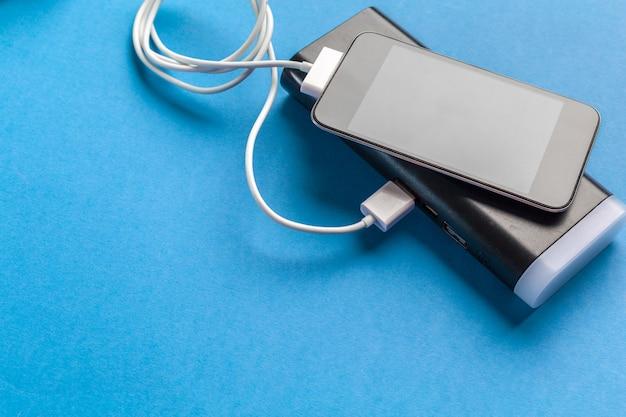 携帯電話はバッテリー電源バンクに接続します