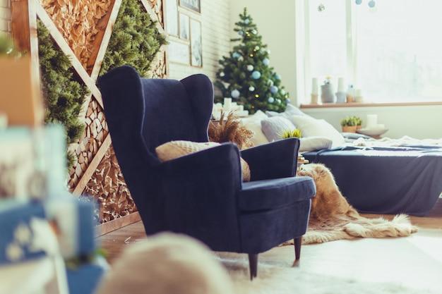 編まれたベージュの枕、モダンなインテリアと青いアームチェア