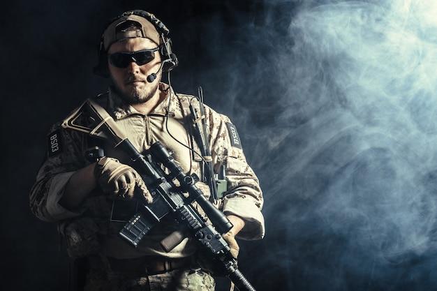暗闇の中でライフルを持つ特殊部隊の兵士