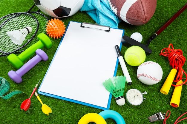 草の上のさまざまなスポーツツール