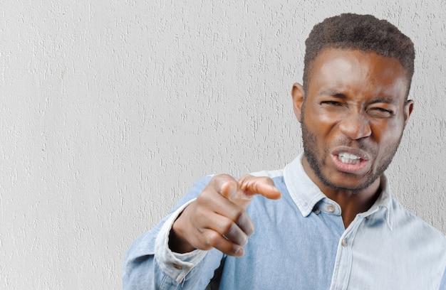 イライラして怒っている黒人男性