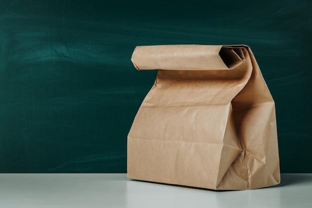 Пустой бумажный пакет