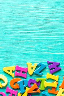 木製のテーブルに複数の色の文字