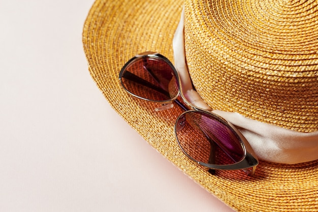 夏の帽子とサングラス
