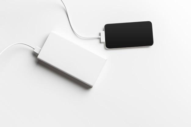 Мобильный телефон подключается к аккумулятору