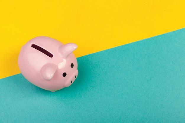 色の背景上のかわいい貯金箱