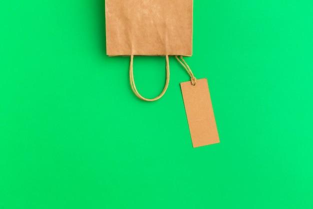 カラフルな背景の紙の買い物袋