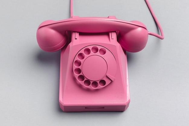 Старинный телефон на цветном фоне