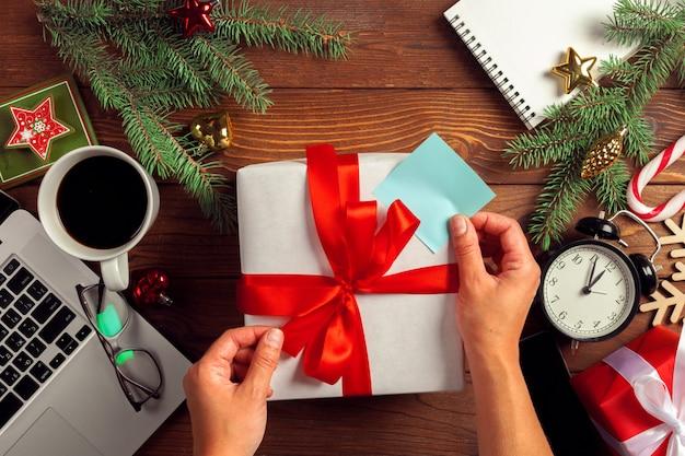 Квартира уложить новогоднее украшение офиса на рабочем месте