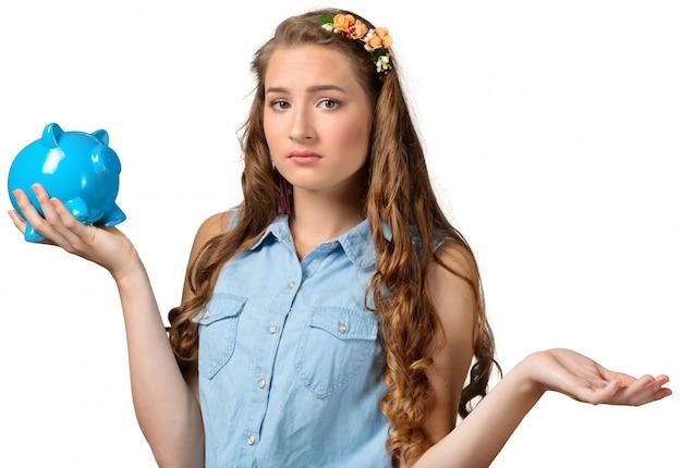 Молодая женщина с копилкой