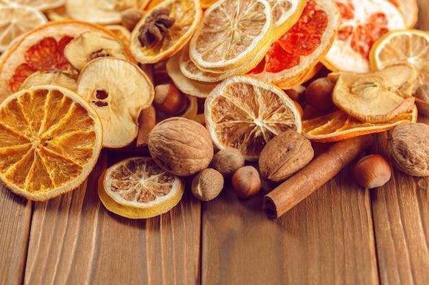 乾燥したオレンジとレモンのスライスの背景