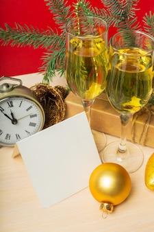 Бокалы с шампанским и рождественские украшения