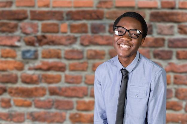Портрет счастливый молодой африканский парень со скрещенными руками