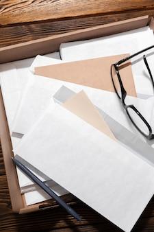 木製テーブルの上の封筒