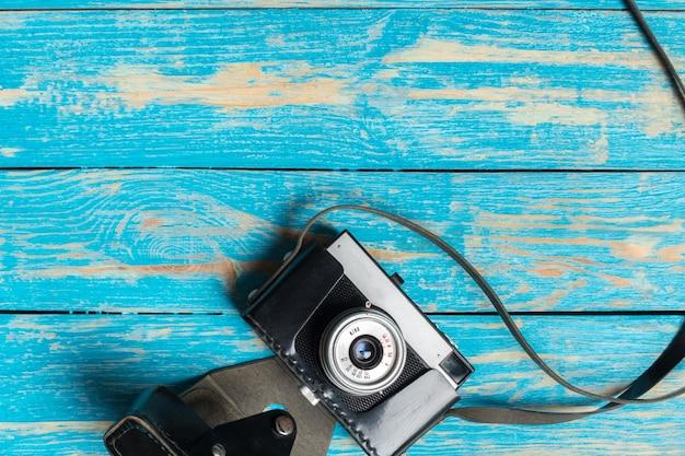 木製のテーブル背景に古いレトロなカメラ