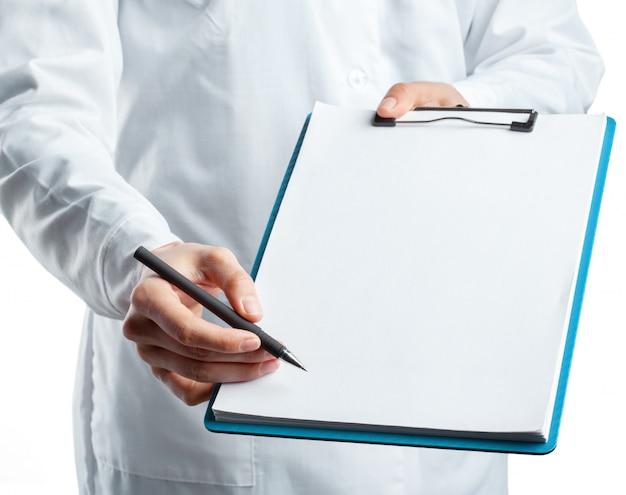 クリップボードを保持している制服を着た女性医師