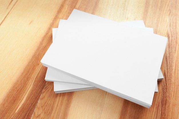 木製のテーブルに空白の紙