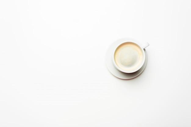 Белая чашка кофе, изолированная на белом фоне