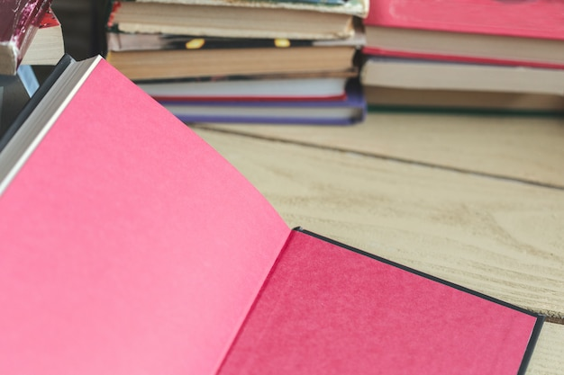 Композиция с книгами на столе