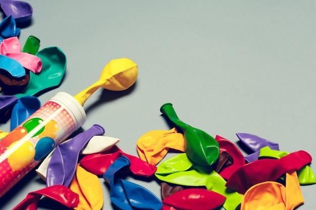 カラフルなパーティー風船アレンジメント構成の背景