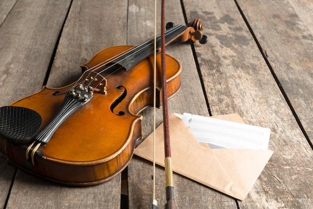 楽譜とバイオリンの木製テーブル