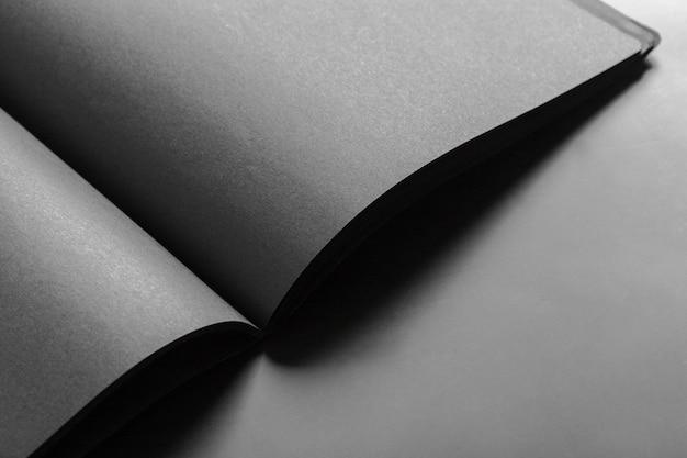 空白の本を開く